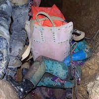 Passage de la civière sur les genoux des sauveteurs
