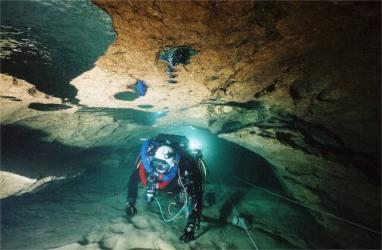 Plongeur spéléo en reconnaissance